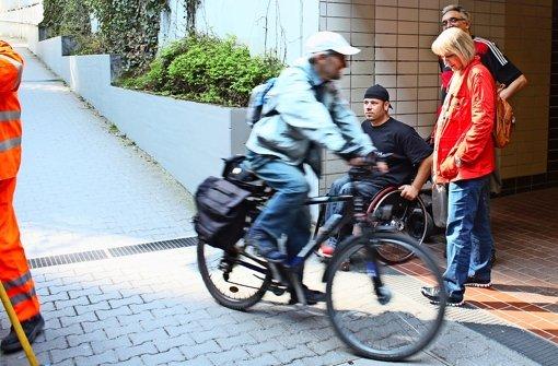 Manche Rampe ist für den Rollstuhlfahrer Ivo Josipovic zu steil, manches Eck gar gefährlich, wie beispielsweise am Bahnhof in Vaihingen. Gabriele Leitz und Uli Bayer  gehen mit ihm durch Vaihingen. Foto: Rebecca Stahlberg