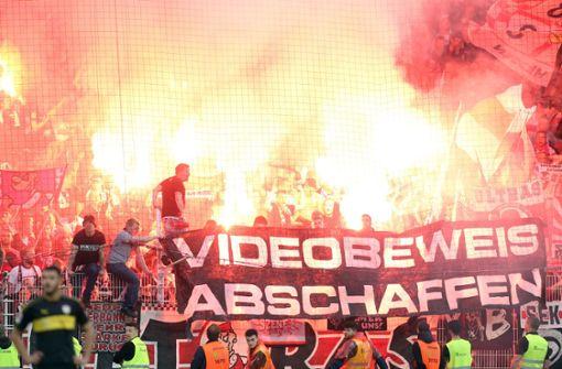 VfB-Fans zünden in Berlin Pyrotechnik