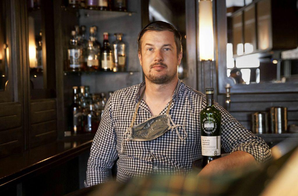 Knud Scheibelt in der kleinen Schwarz-Weiß-Bar am Wilhelmsplatz. Foto: Lichtgut/Julian Rettig