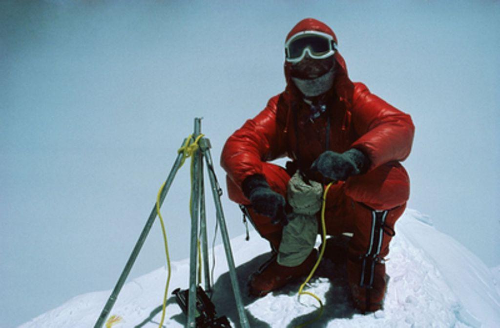 Am 20. August 1980 steht Reinhold Messner alleine auf dem Gipfel des Mount Everest. Foto: dpa