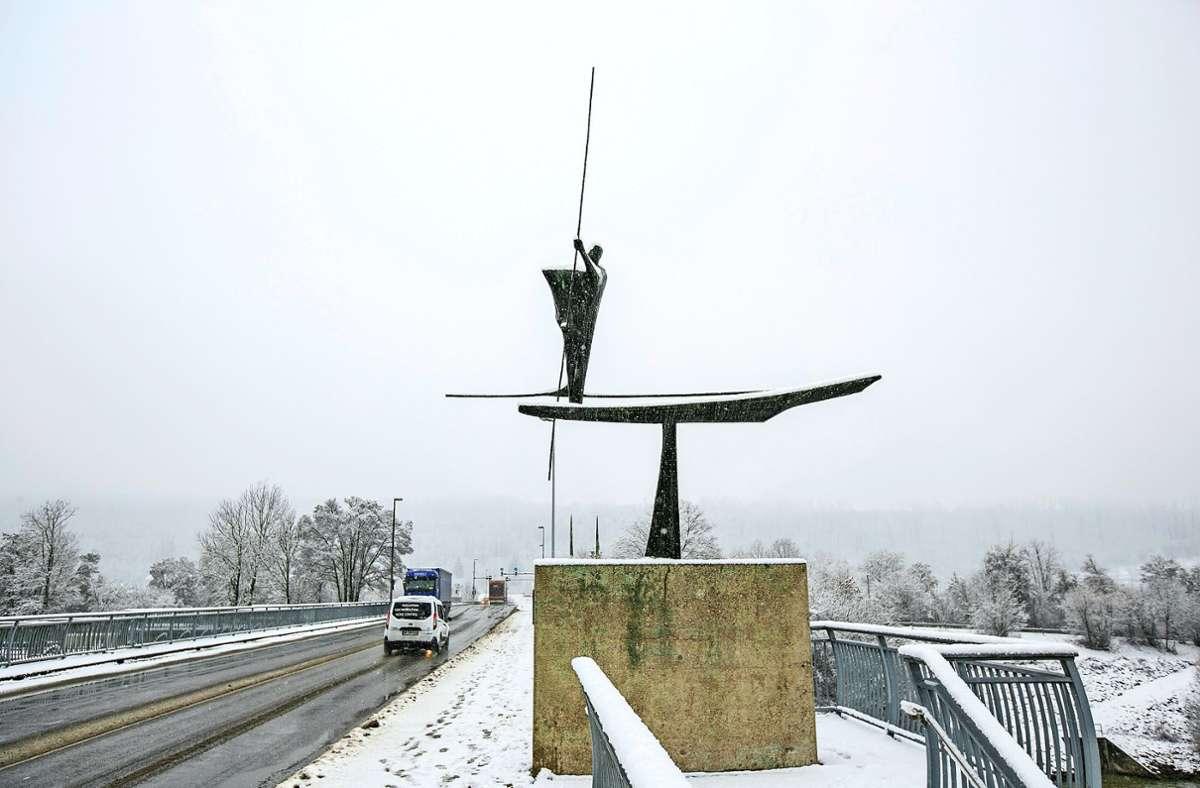 """Bernhard Heiliger hat die Skulptur """"Der Große Fährmann"""" geschaffen. Seit der Eröffnung der  Dieter-Roser-Brücke 1956 steht sie dort. Foto: Roberto Bulgrin"""