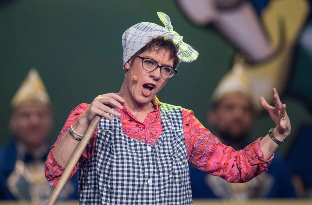 Im närrischen Einsatz als Putzfrau Gretel hat die CDU-Vorsitzende Annegret Kramp-Karrenbauer ordentlich aufgeräumt. Foto: dpa
