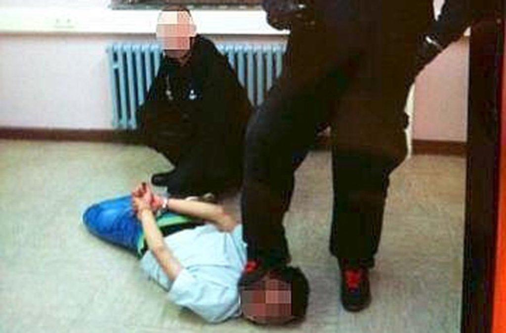 In einem Asylbewerberheim in Nordrhein-Westfalen sollen Mitarbeiter eines privaten Sicherheitsdienstes Asylbewerber misshandelt haben. Foto: Polizei NRW