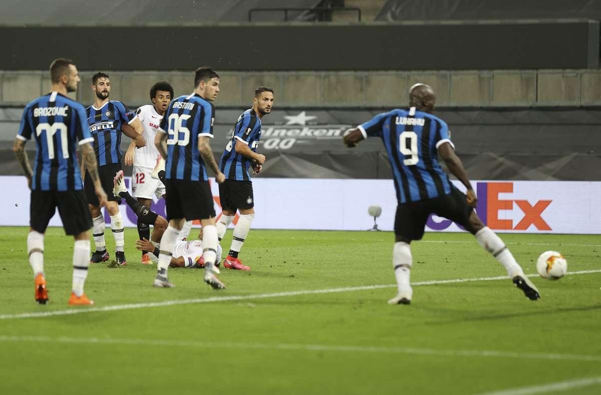 Die Entscheidung fiel in der 74. Minute, als Inter-Torjäger Romelu Lukaku (rechts) einen Fallrückzieher von Carlos ins eigene Tor abfälschte. Foto: AP/Lars Baron