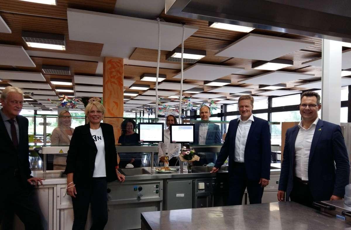 Rektor Wolfgang Krause (links) und Bürgermeister Carl-Gustav Kalbfell (rechts) freuen sich über das moderne Bestell- und Bezahlsystem. Foto: Pauline Strempel