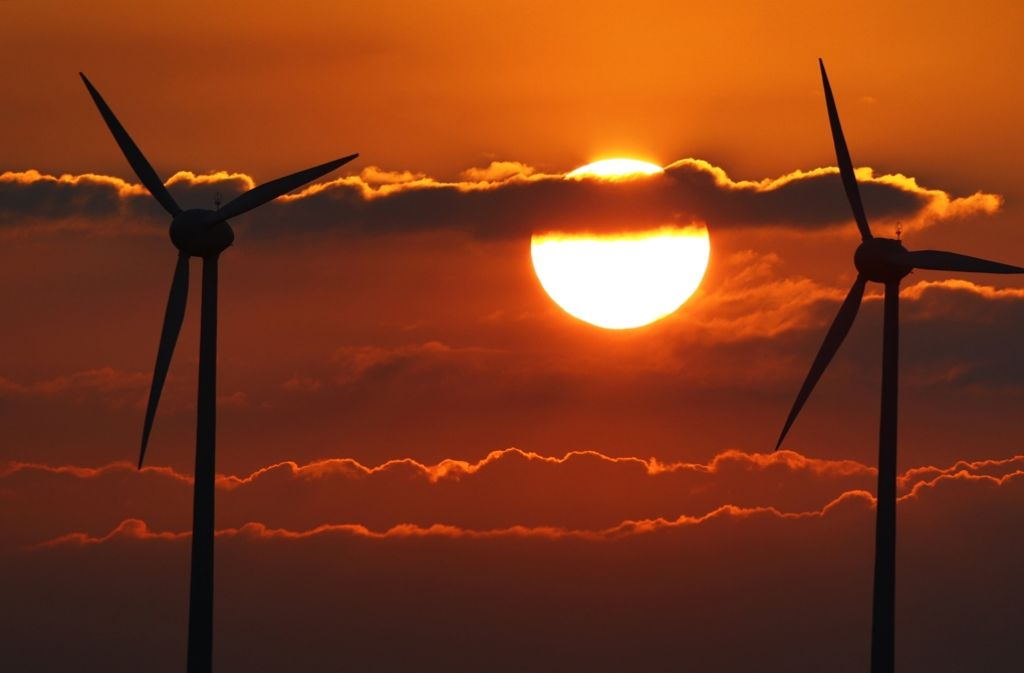 Wie weit müssen Windkraftwerke von Häusern entfernt sein? Über diese Fragen konnten sich Grüne und CDU dem Vernehmen nach bisher nicht einigen. Foto: dpa