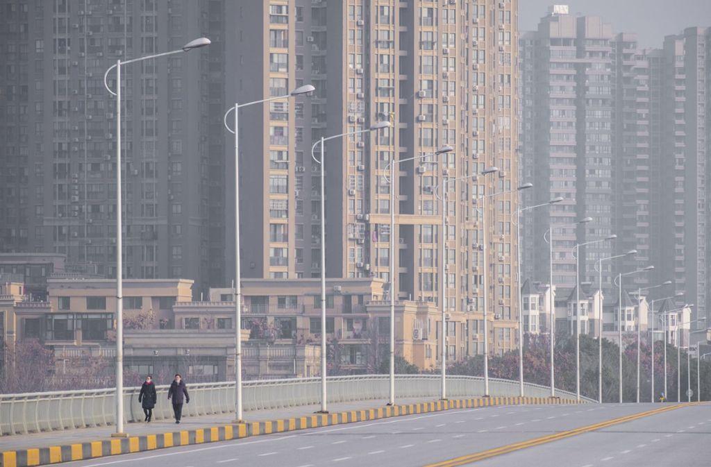 Menschenleere Straßen im chinesischen Wuhan wegen Corona: Das wäre in  Deutschland schwer möglich., aber nicht ausgeschlossen. Foto: AP/Arek Rataj