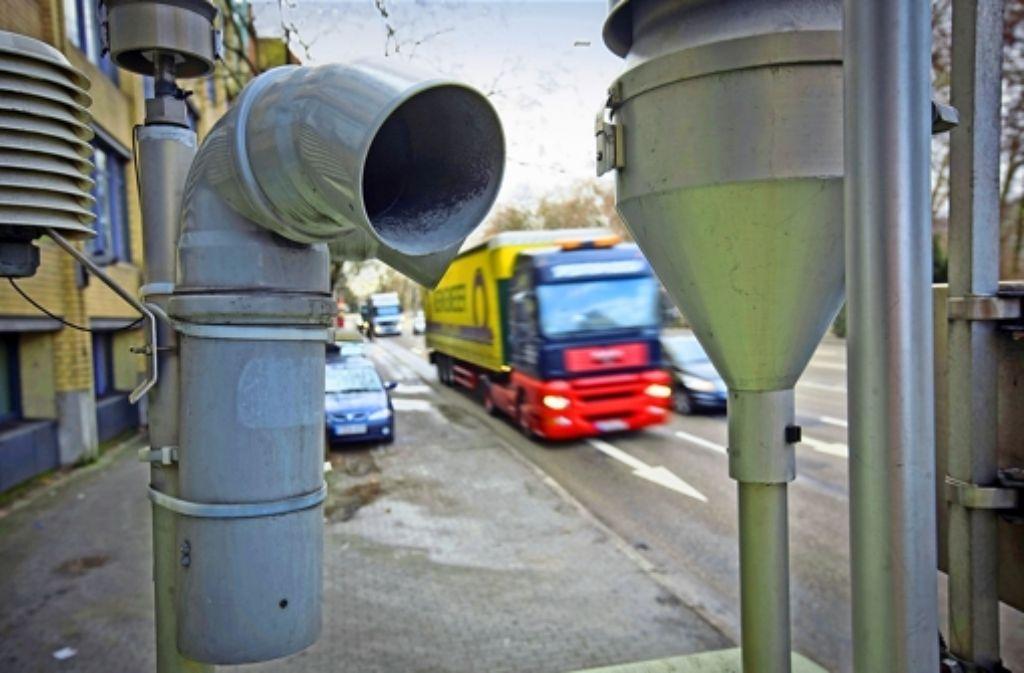Wie lässt sich die Luftverschmutzung nicht nur messen, sondern aktiv bekämpfen? Mehr Radwege sind sinnvoll, aber kein Allheilmittel. Foto: Michael Steinert, Achim Zweygarth