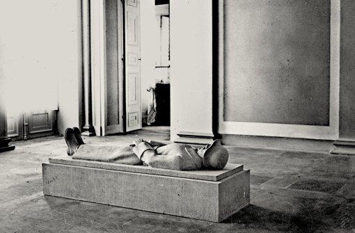 Anhand dieses Fotos  aus dem Jahr 1933 hat Markus Speidel  vom Stadtmuseum den toten Krieger wiedererkannt. Das Bild zeigt das Denkmal im Vestibül des Schlosses Rosenstein. Foto: Bibliothek für Zeitgeschichte Stuttgart