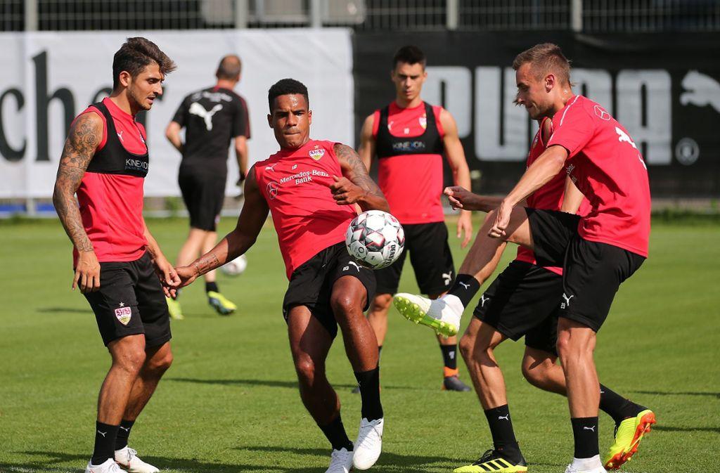 Matthias Zimmermann, Daniel Didavi und David Kopacz (von links) kämpfen beim Training um den Ball. Foto: Pressefoto Baumann