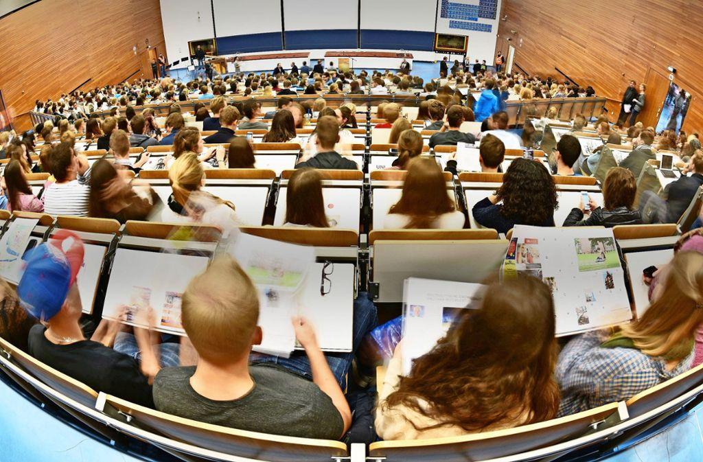 Die Hörsäle wie hier in Heidelberg sind voll, die Hochschulen platzen aus allen Nähten, doch mit Neubauten hapert es. Foto: dpa
