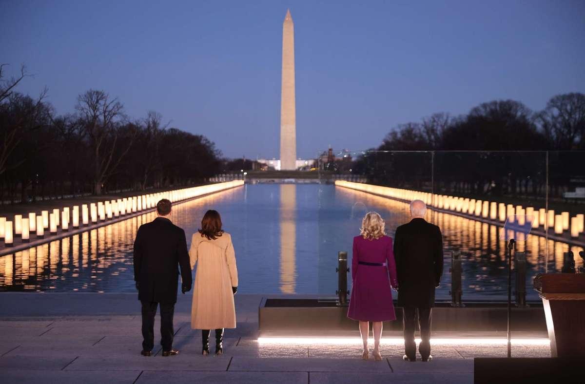 """Joe und Jill Biden (rechts) gedenken zusammen mit Kamala Harris und """"Second Gentleman"""" Doug Emhoff den Toten der Corona-Pandemie. Foto: AFP/CHIP SOMODEVILLA"""