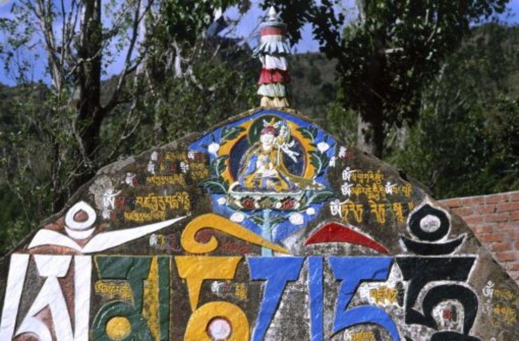 Mantra auf einem Stein an einer indischen Schule – mit aufmunternden Selbstgesprächen Herausforderungen meistern. Foto: Bridgemanart