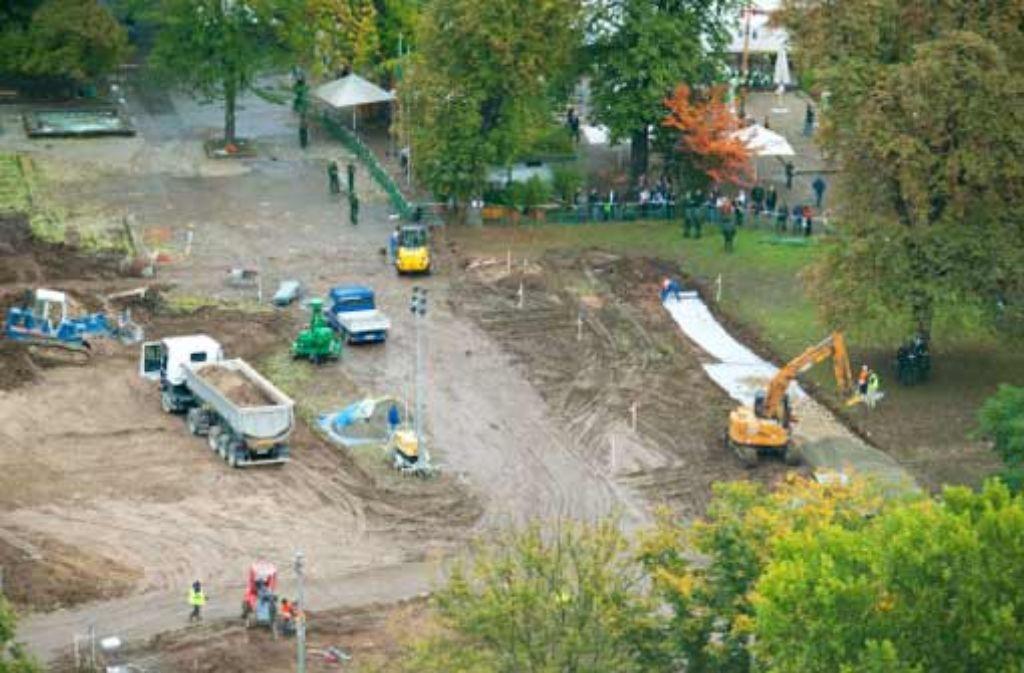 Auf der freigeräumten Fläche im Schlossgarten soll eine zentrale Wasseraufbereitungsanlage aufgebaut werden. Foto: dpa