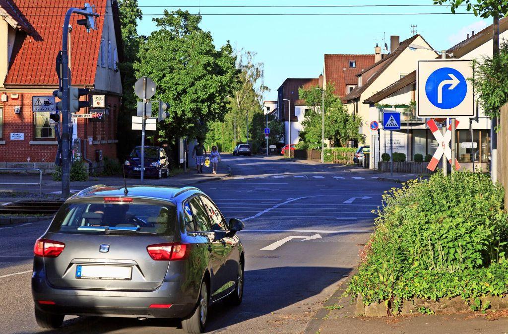 An dieser Stelle ist  es derzeit nur erlaubt, rechts in die Max-Lang-Straße abzubiegen. Bei dem Bürgergespräch sollte es darum gehen, ob eine Ampel sinnvoll wäre, die es erlauben würde, geradeaus oder gar links zu fahren. Foto: Thomas Krämer