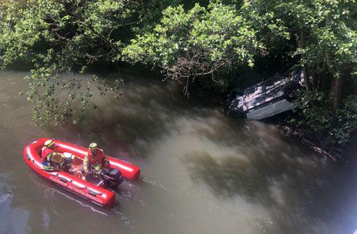 70-Jähriger landet mit BMW im Fluss
