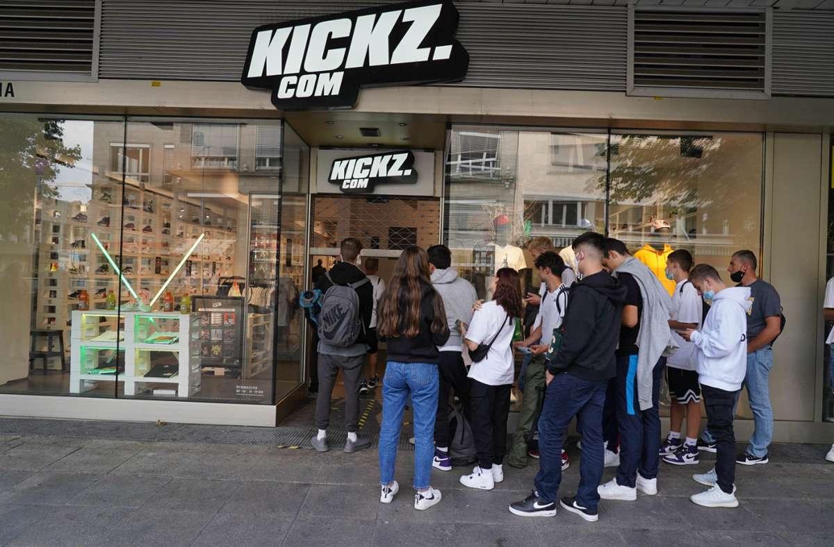 Der Andrang vor dem Laden auf der Stuttgarter Königstraße ist von kurzer Dauer, dann ist der Schuh ausverkauft. Foto: Andreas Rosar