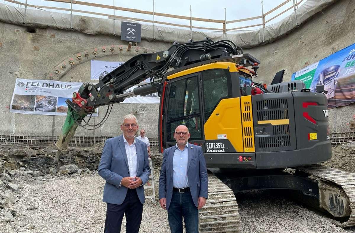 Verkehrsminister Winfried Hermann und der Calwer Landrat Helmut Riegger vor dem Tunnnelportal. Foto: Landratsamt Calw