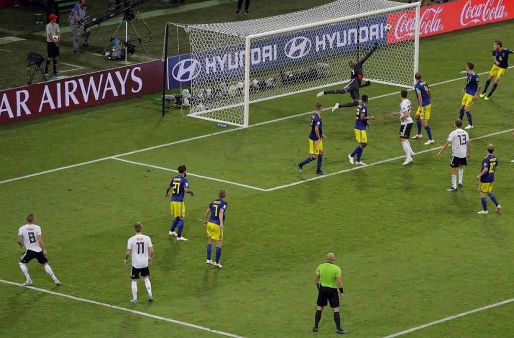 Der Freistoß von Kroos bedeutete gleichzeitig den 2:1-Siegtreffer gegen Schweden. Foto: dpa