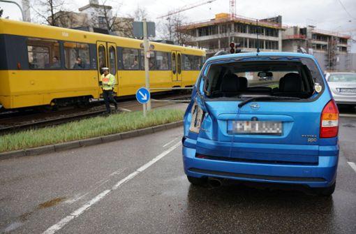 Autofahrer kollidiert mit Stadtbahn