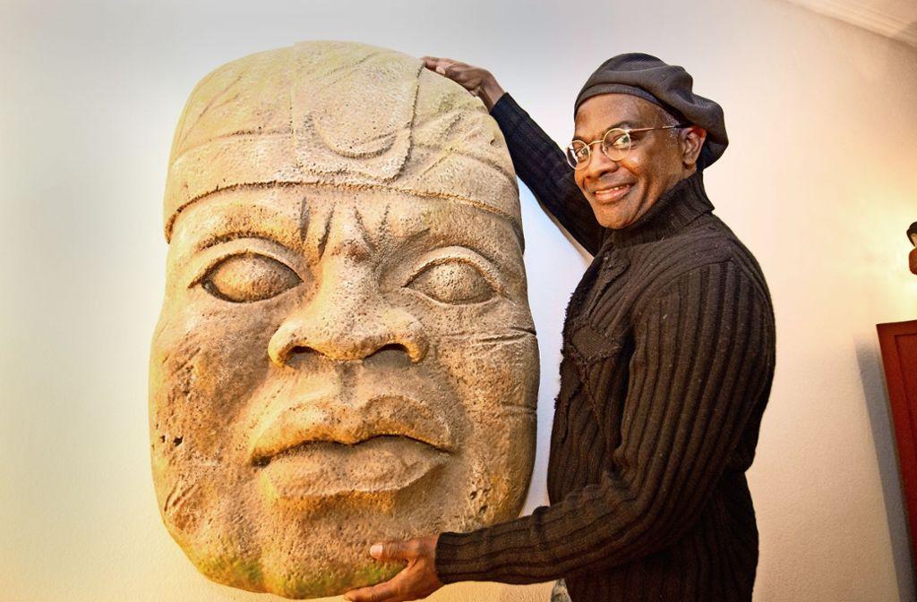 Wirkt wie aus Stein gemeißelt:  die  Maske von  Bernard Bolden Foto: Lg/Oliver Willikonsky