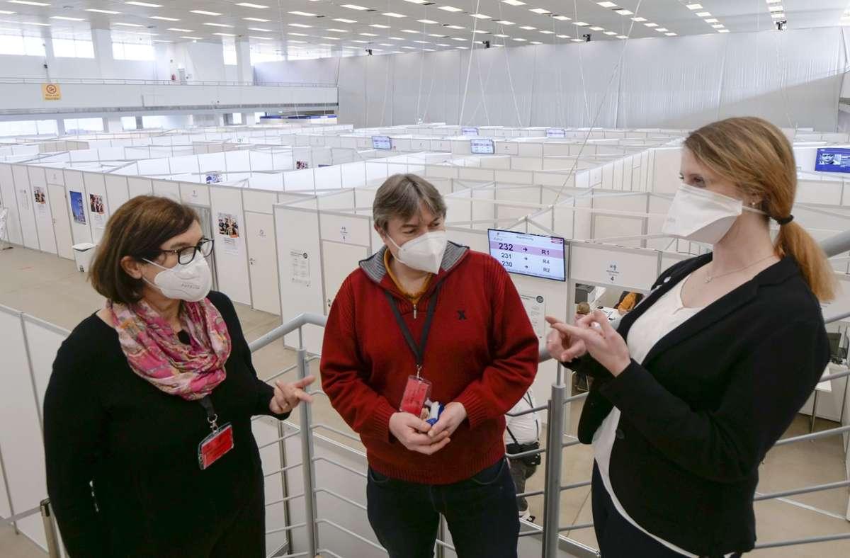 Fahren den Betrieb im KIZ hoch: Medizinische Leiterin Martina Burchert-Graeve (l.) und organisatorische Leiterin Wiebke Höfer (r.) Foto: Simon Granville