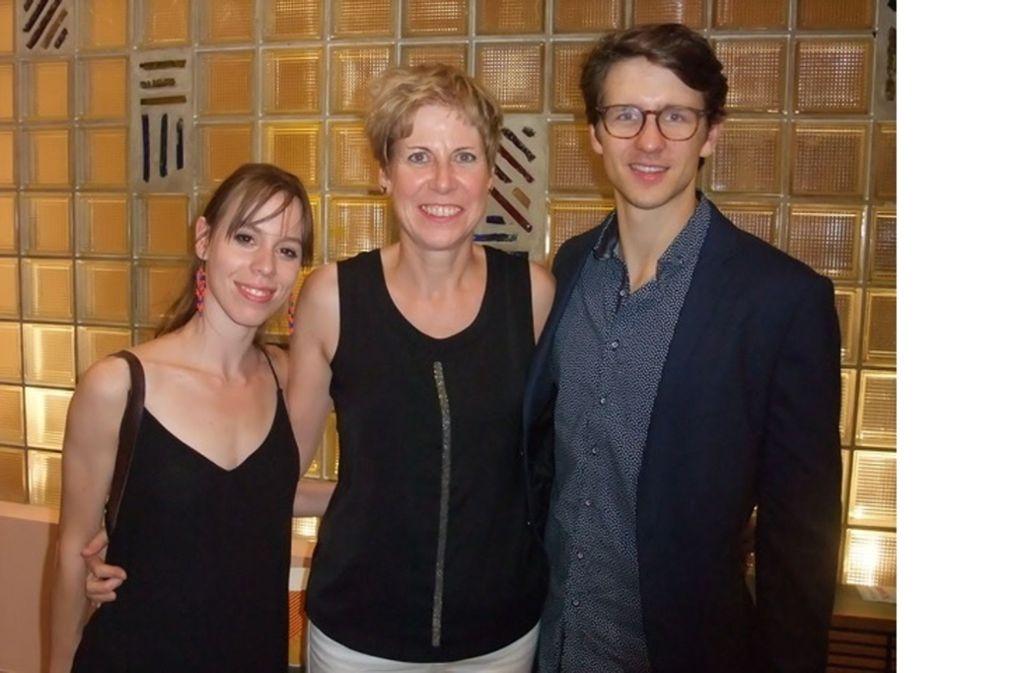 Umrahmt von Leinwandstars: Unsere Autorin Elisabeth Kabatek mit Elisa Badenes und David Moore Foto: Stuttgarter Ballett