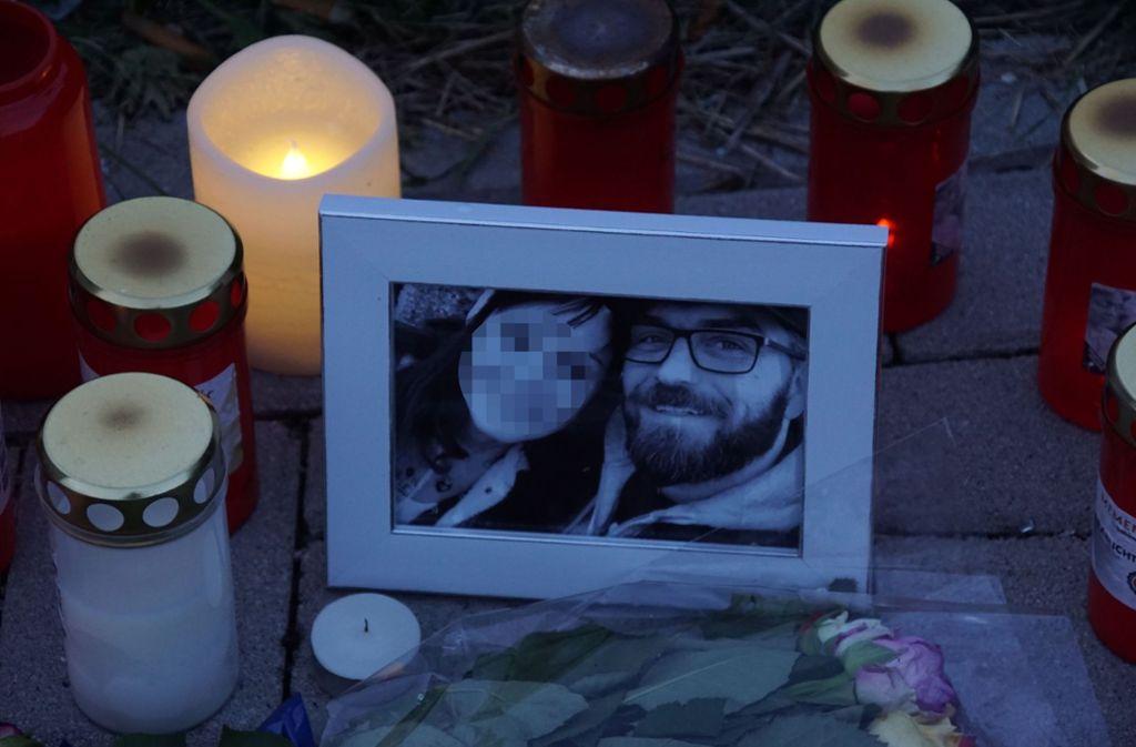 Ein Foto und Kerzen am Unfallort erinnern an den Schauspieler Ingo Kantorek sowie seine Ehefrau, die ebenfalls beim Unfall ums Leben gekommen war. Foto: SDMG / Dettenmeyer