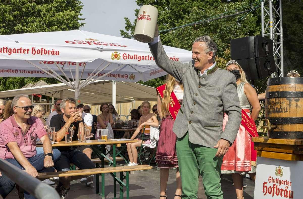 OB Frank Nopper in seinem Element: Im Biergarten von Volksfestwirtin Sonja Merz durfte er ein Fass anstechen. Foto: Andreas Engelhard