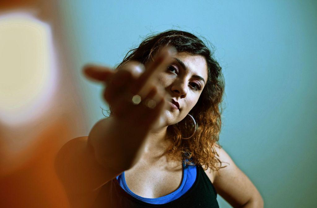 Die Rapperin Haszcara kritisiert die männlich dominierte Hip-Hop-Szene und die Gesellschaft. Im Komma tritt sie im Rahmen von Youth against Antisemitism auf. Foto: Nora Lueders