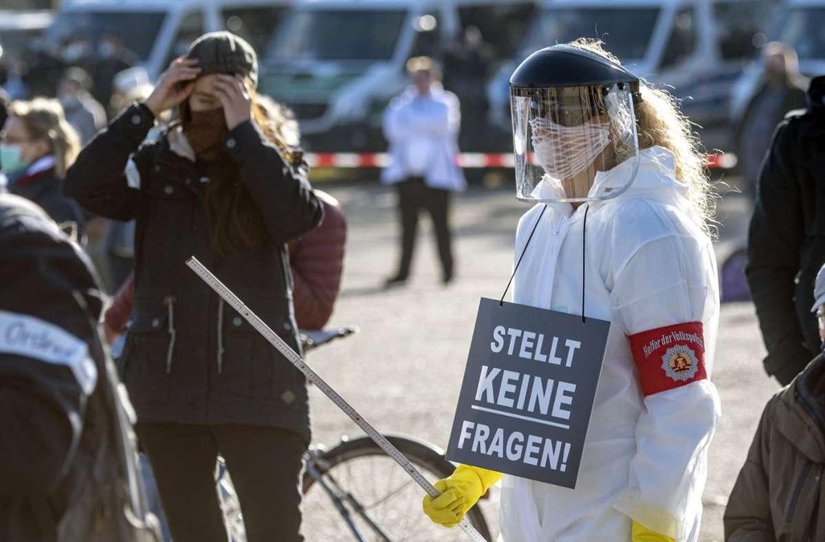 Der Verfassungsschutz in Bayern beobachtet Teile der sogenannten Querdenker-Bewegung. (Symbolfoto) Foto: dpa/Armin Weigel