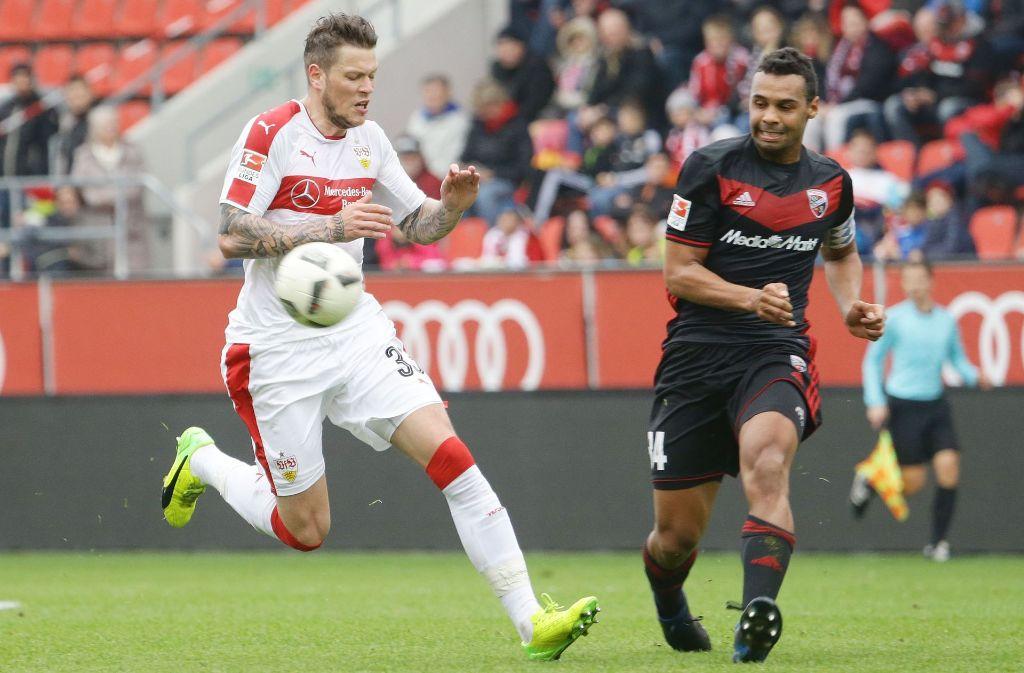 Test gegen einen Bundesligisten: VfB-Stürmer Daniel Ginczek (li.) gegen Marvin Matip vom FC Ingolstadt Foto: Baumann