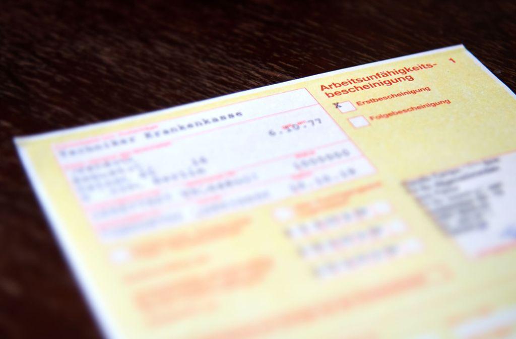 Eine Arbeitsunfähigkeitsbescheinigung ist spätestens ab dem vierten Krankheitstag Pflicht. Foto: Shutterstock/lasido
