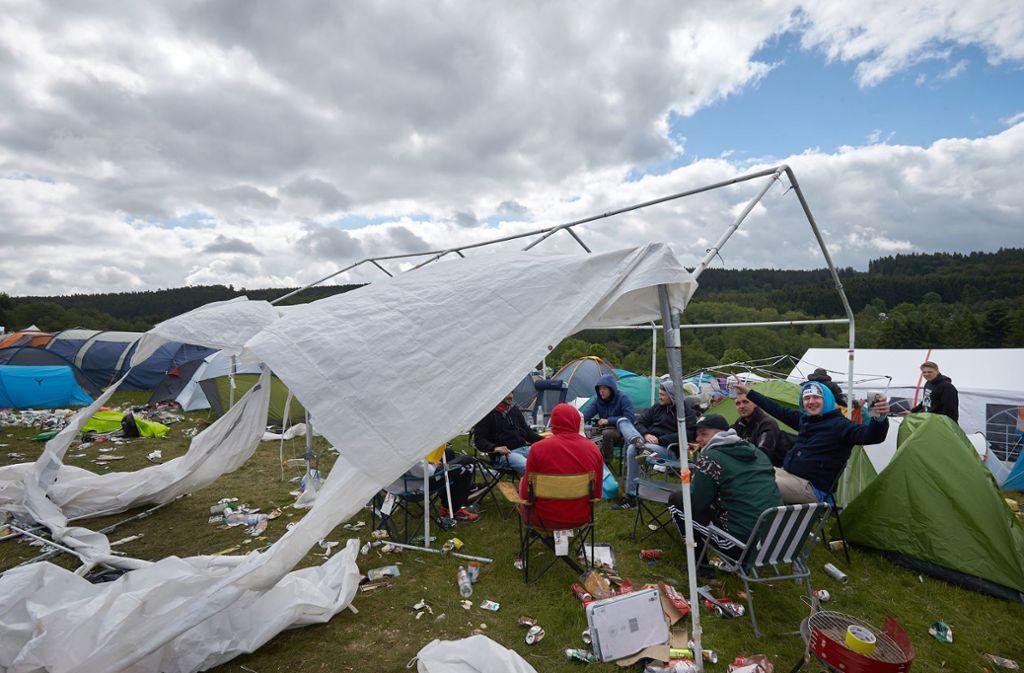 Auch ein Sturm kann Festival-Besuchern bei Rock im Ring nicht die Laune verderben. Foto: Thomas Frey/dpa