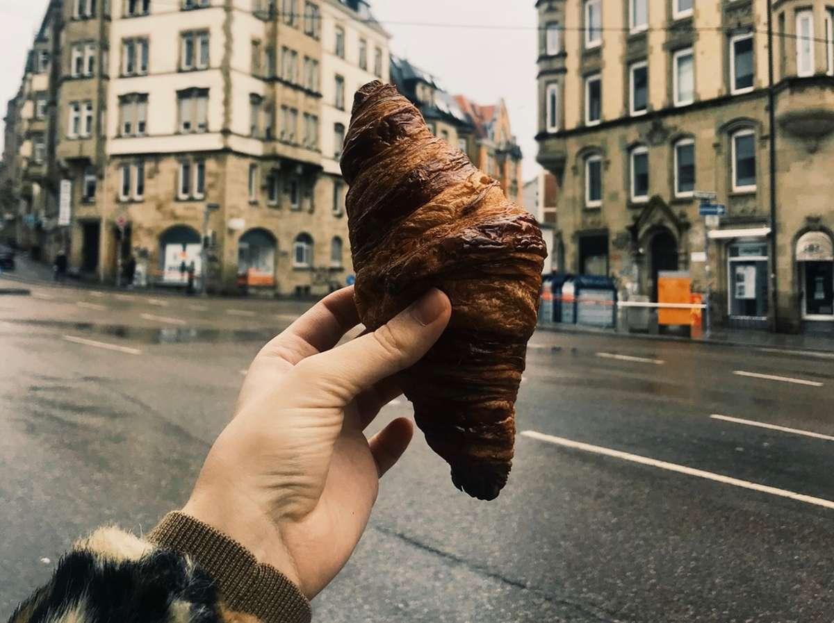 Mit einem frischen Croissant aus der Boulangerie kommt Frankreich-Flair in den Kessel. Foto: Louise Savine