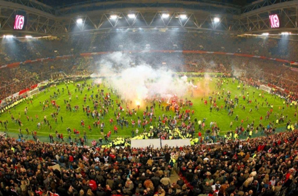 Die Bilder der Ausschreitungen beim Skandalspiel in Düsseldorf lassen Diskussionen wach werden. Foto: dpa