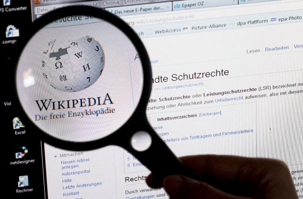In der deutschsprachigen Wikipedia gab es Ende 2016 etwa 900 Autoren, die mehr als 100 Bearbeitungen pro Monat erledigten – 50 weniger als im Vorjahr. Zum einen mag der nachlassende Wikipedia-Hype daran schuld sein. Zum anderen sind für Anfänger.Für neue Autoren sind die technischen Hürden bei Wikipedia   hoch. Foto: dpa-Zentralbild