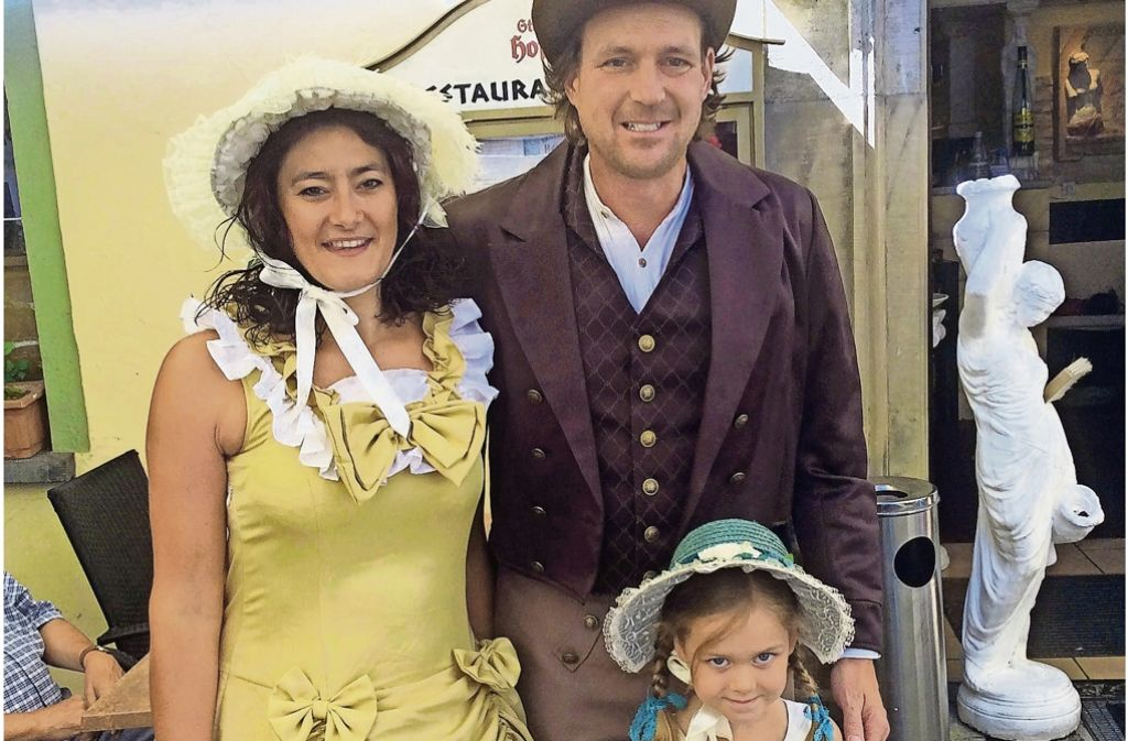 Alexandra Hagemeyer und Stephen Frank mit ihrer Tochter in Kostümen. Foto: bin