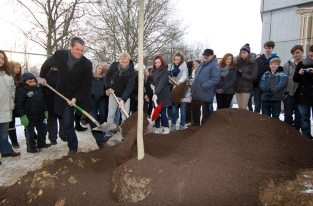 Auch der Oberbürgermeister Christof Bolay hilft mit, den Baum in internationalen Boden zu pflanzen. Foto: Rudel/Haß