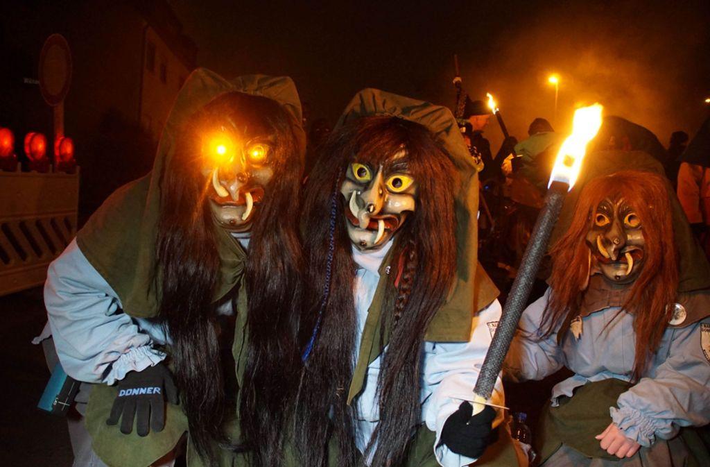 Mit schaurigen Masken und lodernden Fackeln sind am Freitagabend die Teilnehmer beim Nachtumzug durch Stuttgart Mühlhausen marschiert. Foto: Andreas Rosar Fotoagentur-Stuttg