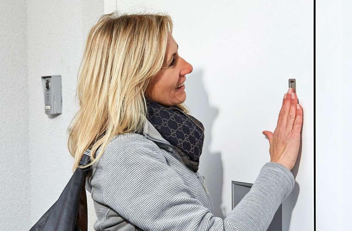 Heimkommen leicht gemacht. Man muss keinen Schlüssel mehr mitnehmen, sondern öffnet die Haustür einfach mit dem Finger. Dies erleichtert viele Alltagssituationen, wie etwa Sport im Freien oder den wöchentlichen Einkauf.  Foto: ekey biometric systems GmbH