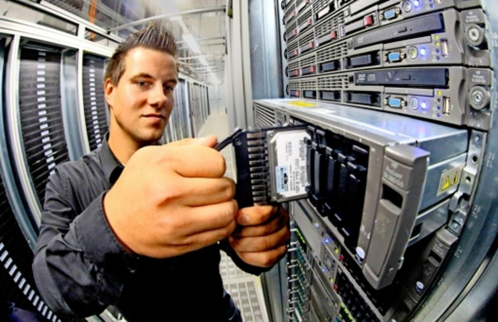Datensicherheit ist in der Telekommunikation besonders wichtig: ein Systemadministrator bei der Deutschen Telekom Foto: dpa