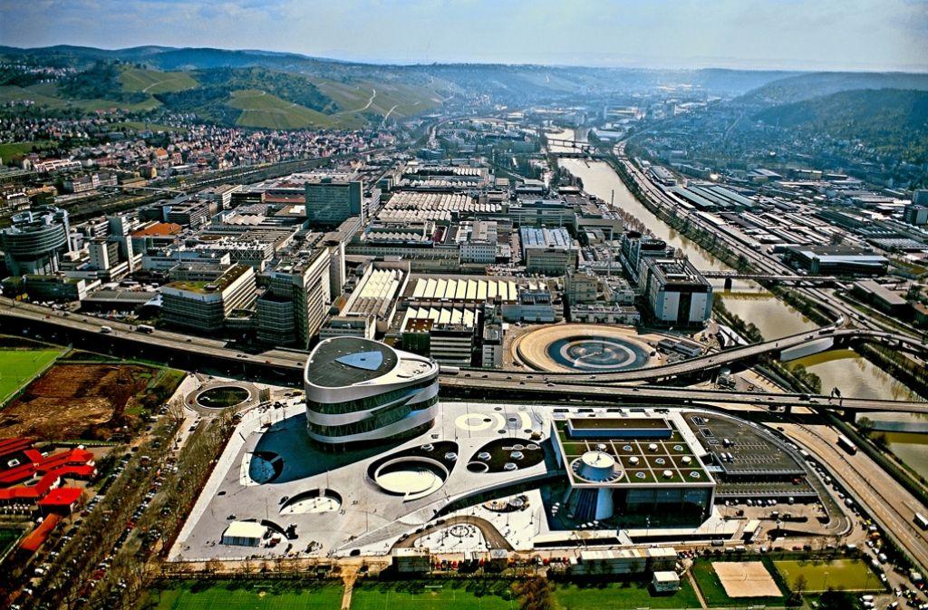 Am Standort Untertürkheim arbeiten bei Daimler rund 20000 Menschen – künftig sollen sie einmal mit der Stadtbahn bis zum Rundbau des Museums  fahren können. Foto: Daimler