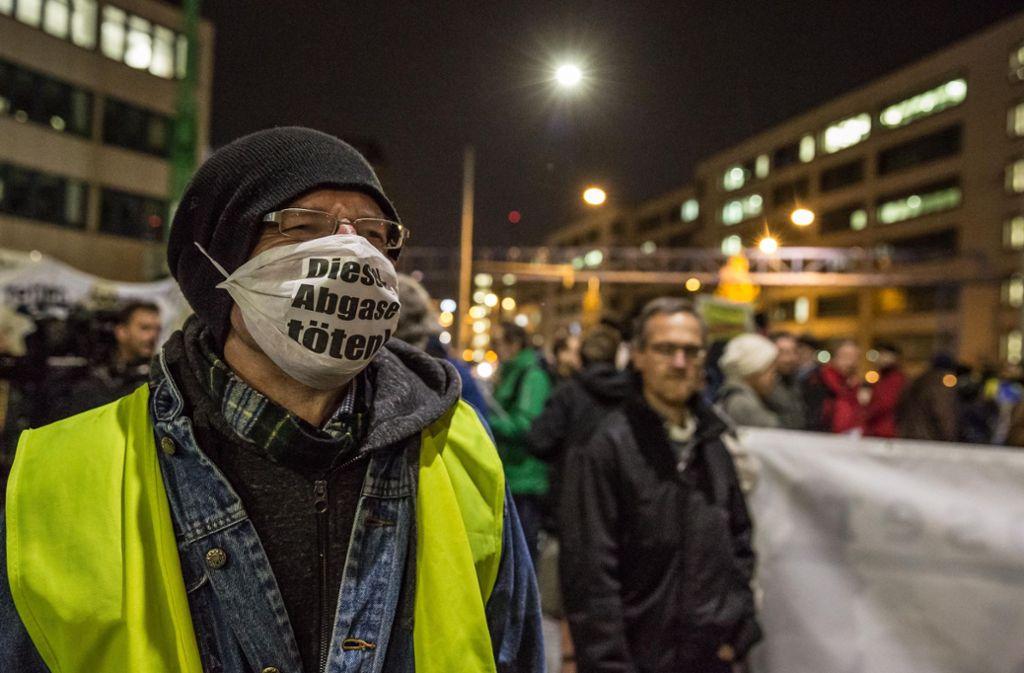 Ein Teilnehmer protestiert am Neckartor mit einem Mundschutz. Foto: Lg/Julian Rettig