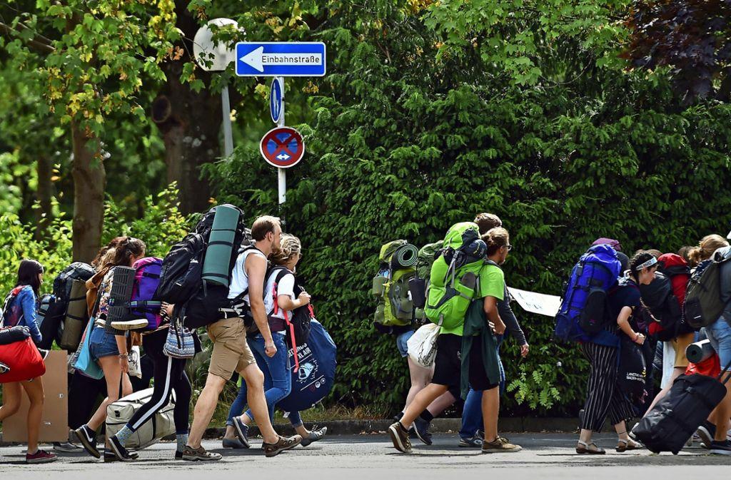 """Marsch entgegen der Einbahnstraße: Mit Rucksäcken, Taschen und Koffern reisten die Teilnehmer des """"Fridays for Future""""-Treffens in Dortmund an. Foto: dpa"""