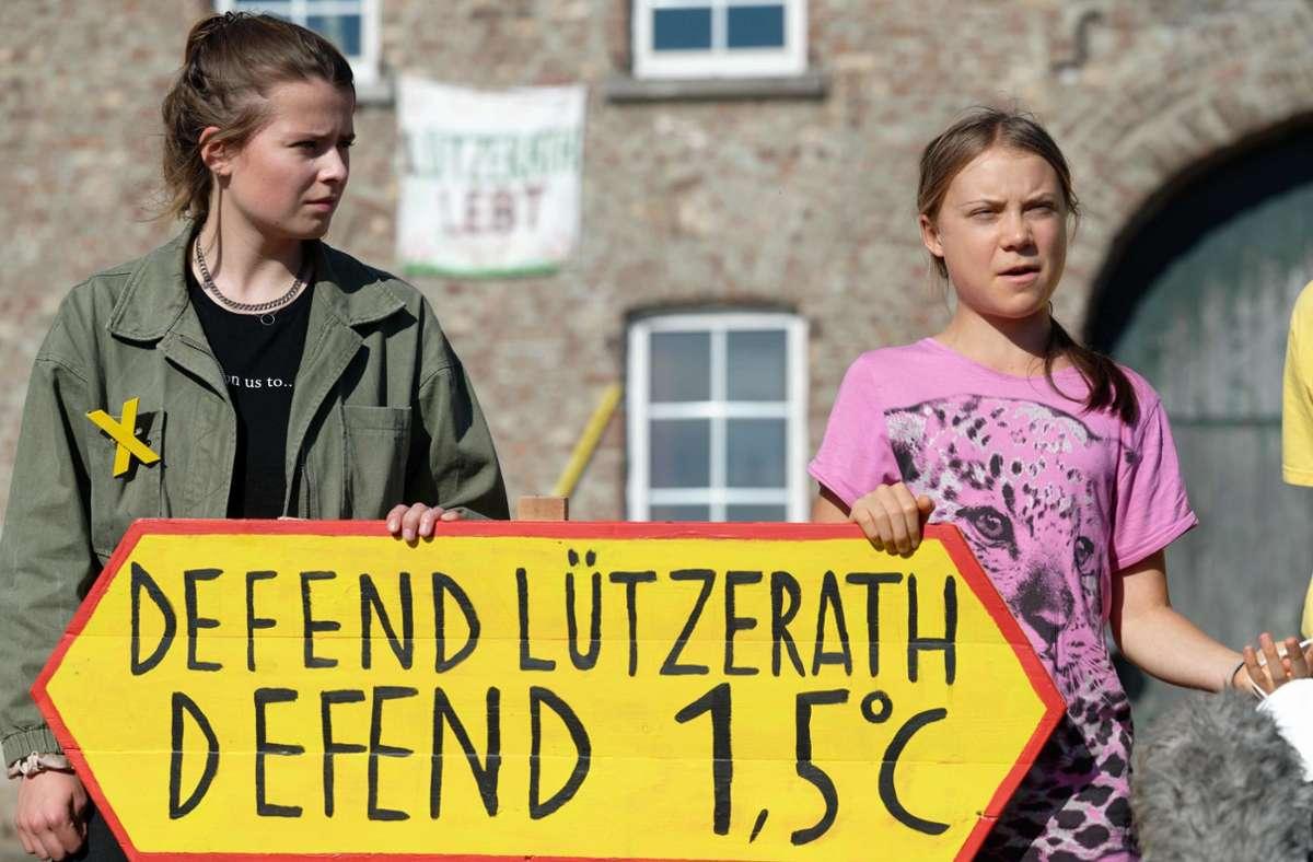 Die Klimaaktivistinnen Luisa Neubauer (links) und Greta Thunberg bei einem Pressetermin im Tagebaudorf Lützerath Foto: dpa/Henning Kaiser