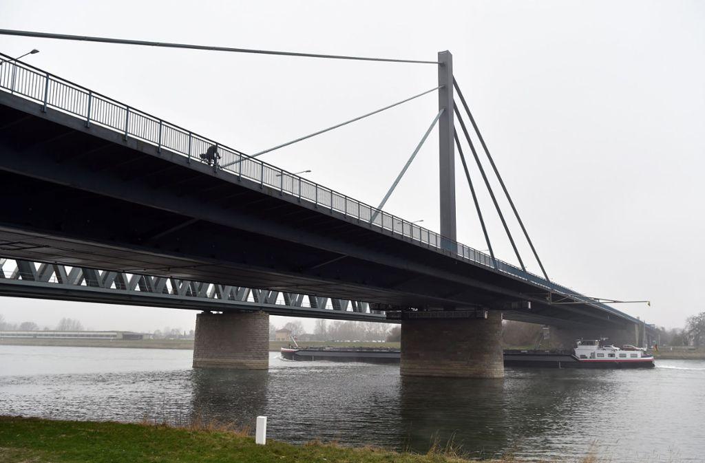 Die Rheinbrücke wird derzeit saniert. Foto: dpa/Uli Deck