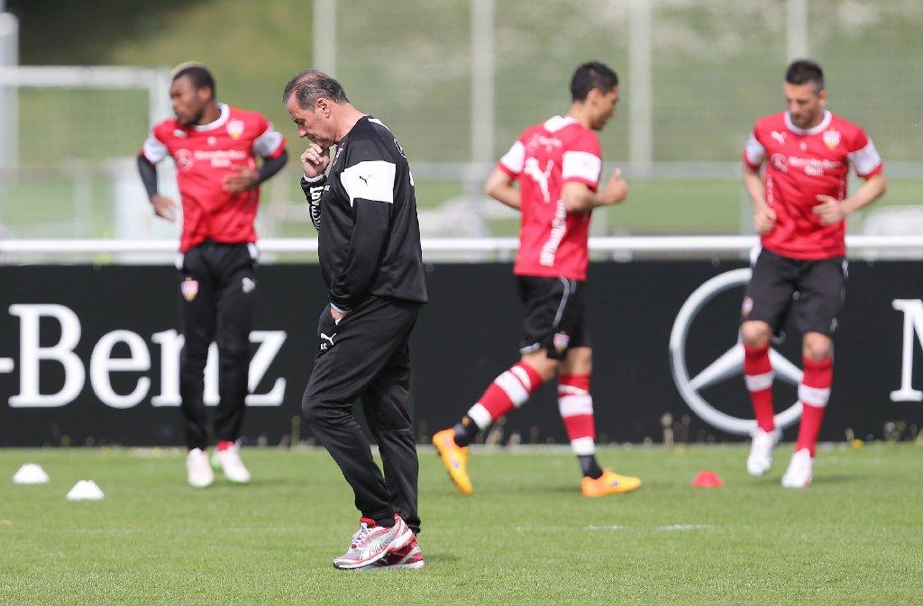 Huub Stevens zeigt sich beim Training des VfB Stuttgart von seiner nachdenklichen Seite. Foto: Pressefoto Baumann