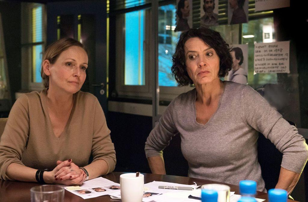 Frau Dr. Dietrich (Beate Maes, li.) hilft Odenthal (Ulrike Folkerts) bei den Ermittlungen. Foto: SWR