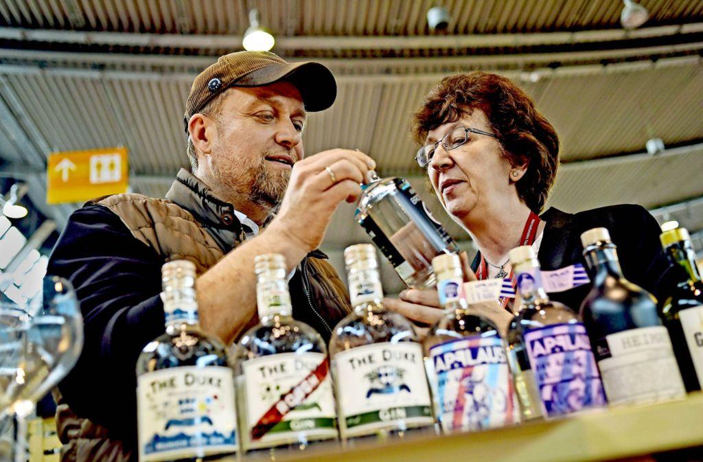 Fachgespräch: Ginhersteller Hans-Peter Schwarz und Autorin Petra Milde. Foto: Lg/Kovalenko